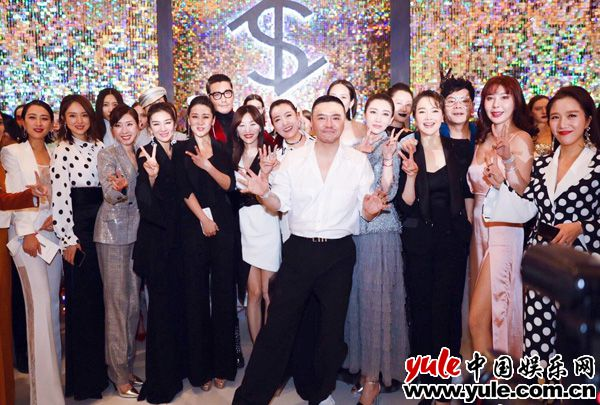 歌手胡杨林成时尚新宠 复古大波点惊艳亮相国际时装周资讯生活